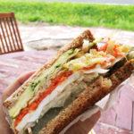 自家製ピクルス入りの野菜サンドイッチ