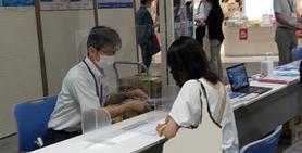 熱中症対策について来場者に説明する島田課長